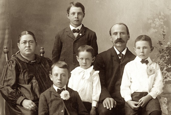 Earliest Known Photo Shows Chas. Hanneman Family in 1905