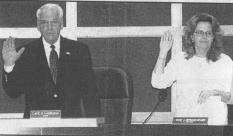 David D. Hanneman takes the oath of office as mayor in April 2003.